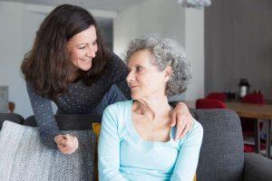 Paciente con alzheimer de psicólogos clínicos en Móstoles haciendo terapia con su cuidador