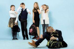 Niños haciéndole bullying a un compañero- Psicoterapeutas Móstoles