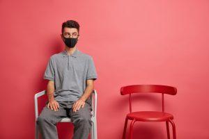 Persona con trastorno social sentado solo