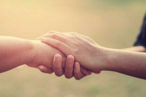 Dos personas apretando sus manos en centro de psicoterapia móstoles