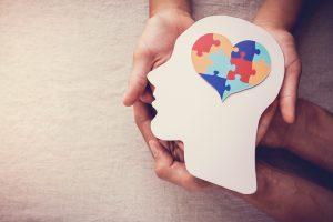 Personas sujetando una forma de corazón que simboliza el maltrato psicológico familiar