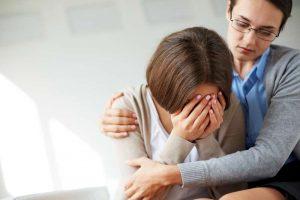 Psicóloga consuela a paciente víctima de maltrato familiar