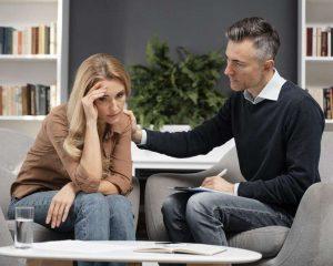Mujer que sufre maltrato psicológico acude a terapia