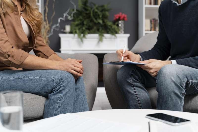 Mujer acude al psicólogo