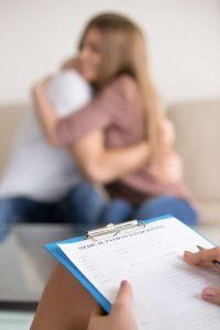 Una pareja abrazándose tras superar sus problemas en terapia de pareja