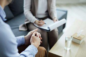 Paciente de centros de psicología Móstoles con su psicólogo