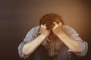 Hombre llorando. Debe acudir a psicólogos para depresión en Móstoles